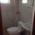 Номер Стандарт в корпусе№2 (Площадь 18 кв м, половое покрытие – линолеум .  В номере: кондиционер, телевизор со спутниковым ТВ , 2 кровати, диван , тумба, ,шкаф, холодильник, сейф. Туалетная комната с душем)